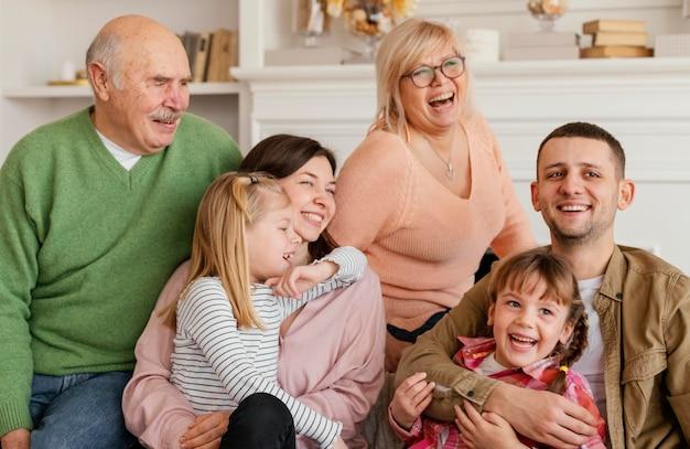 Middellange schot gelukkige familie binnenshuis