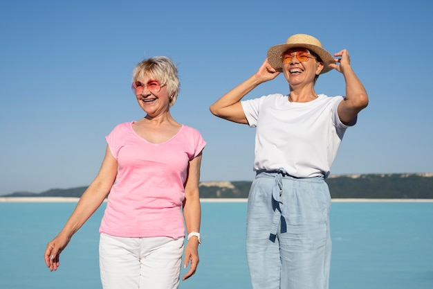 Middellange schot gelukkige vrouwen in vakantie