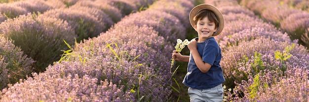Middellange schot jongen in bloem veld