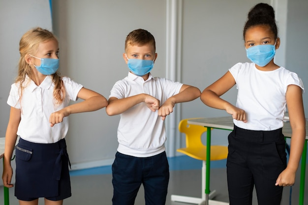 Middellange schot kinderen elleboog stoten