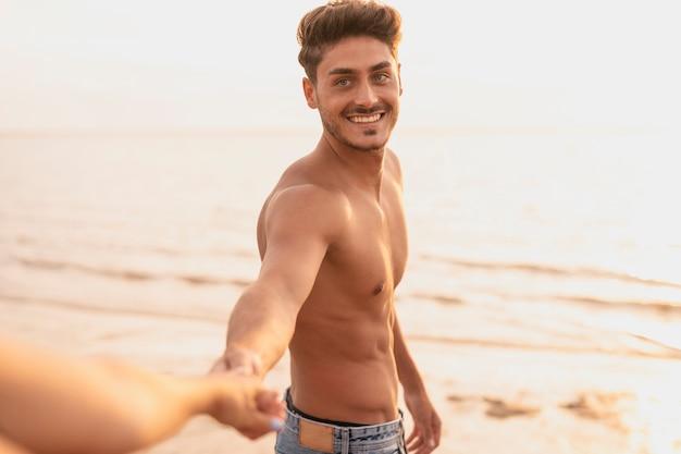 Middellange schot van vriendje hand in hand met zijn vriendin