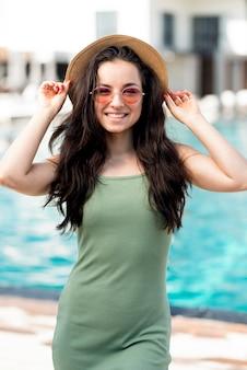 Middellange schot van vrouw bij zwembad