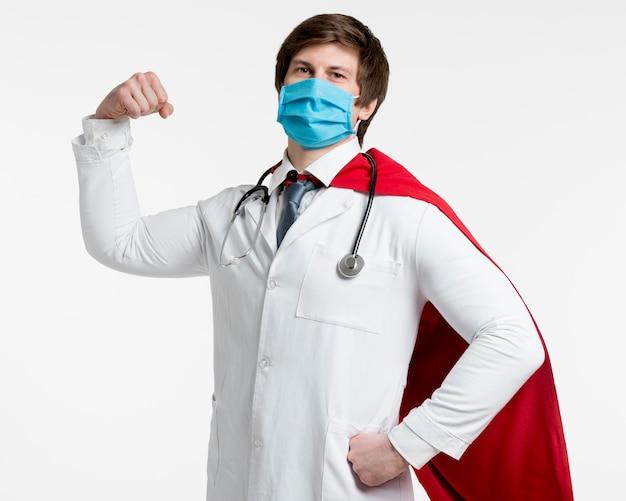 Middellange shot arts chirurgische masker dragen