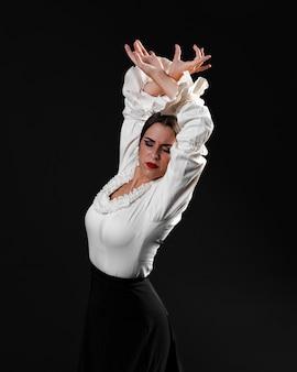 Middellange shot flamenca met gesloten ogen presterende floreo