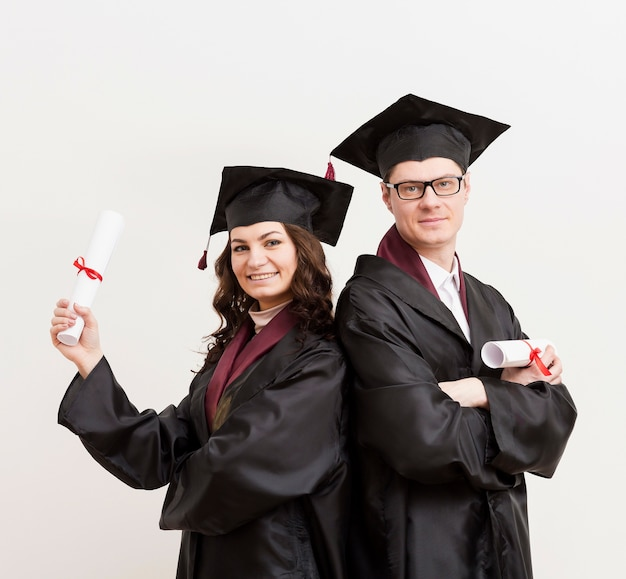 Middellange shot gelukkige afgestudeerde studenten