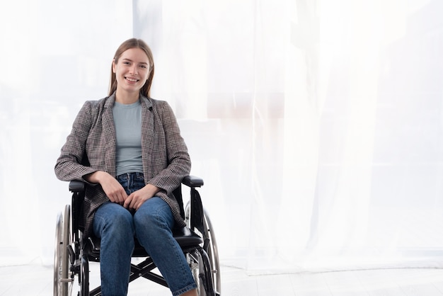 Middellange shot gelukkige vrouw in rolstoel
