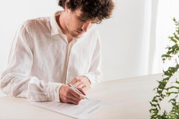 Middellange shot man ondertekening document