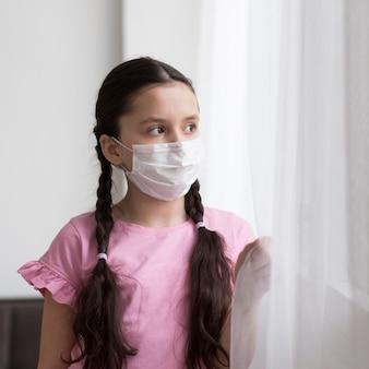 Middellange shot meisje draagt masker