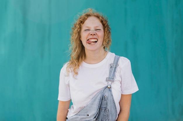 Middellange shot meisje grappig gezicht maken