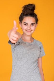 Middellange shot meisje op zoek gelukkig