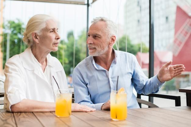 Middellange shot oud echtpaar praten