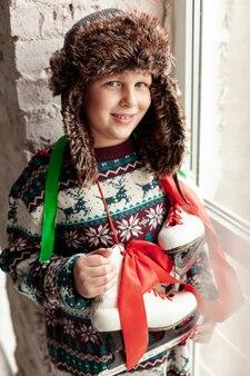 Middellange shot schattige jongen met hoed en schaatsen