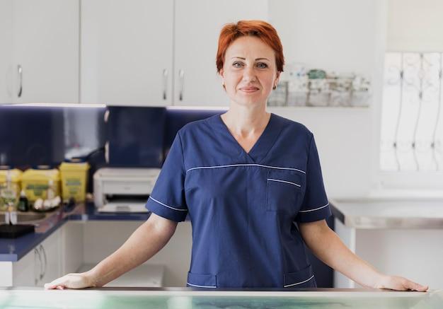 Middellange shot smiley arts bij veterinaire kliniek