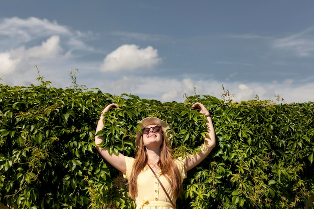 Middellange shot smiley meisje buitenshuis poseren