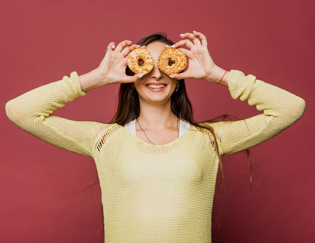 Middellange shot smiley meisje met donuts