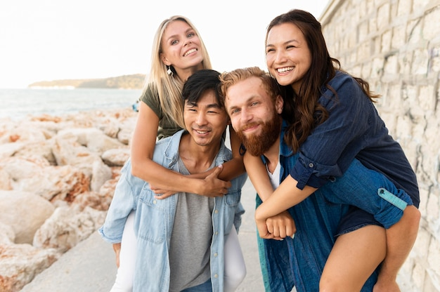 Middellange shot smiley vrienden poseren