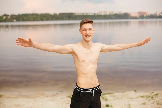Middellange shot smileyjongen met uitgestrekte armen