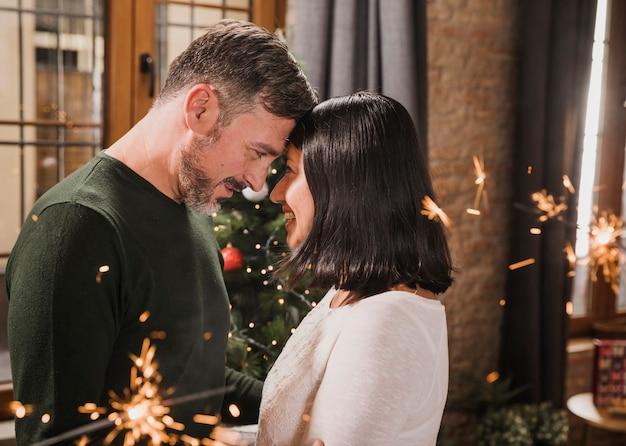 Middellange shot vreugdevolle senior kerst paar
