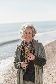 Middellange shot vrouw buitenshuis tijd doorbrengen