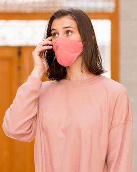 Middellange shot vrouw draagt roze masker