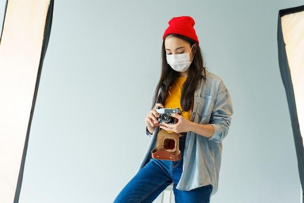 Middellange shot vrouw met camera en masker