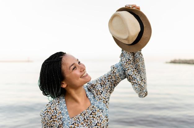 Middellange shot vrouw met hoed
