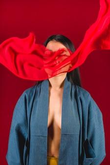 Middellange shot vrouw poseren met doek