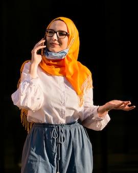 Middellange shot vrouw praten over de telefoon