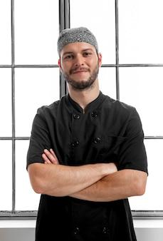 Midden geschoten pizza chef-kok poseren