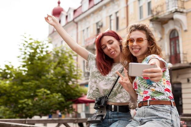 Midden geschoten vrienden die selfie in het stadscentrum nemen