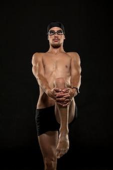 Midden geschoten zwemmer benen strekken