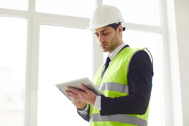 Midden-oosten ingenieur holding tablet