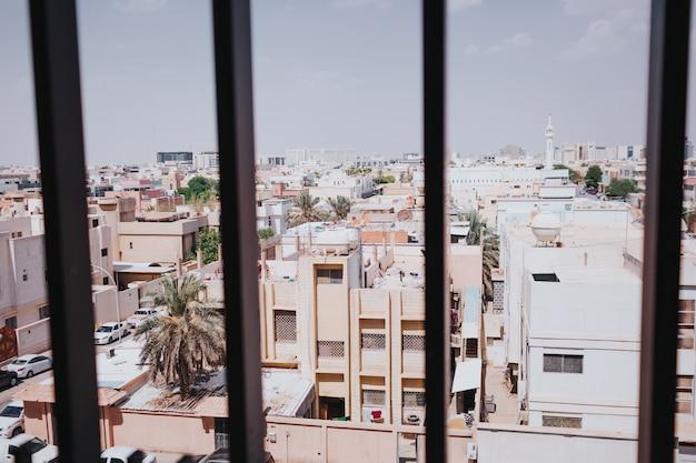 Midden-oosten, raam uitzicht op de straten van de stad. saoedi-arabië, riyadh.