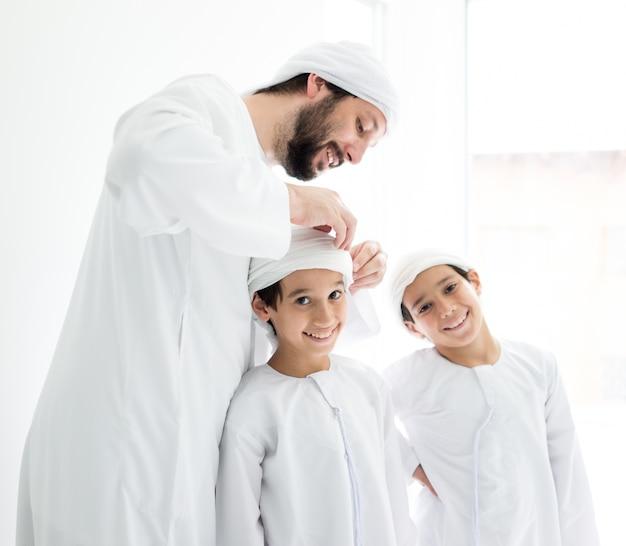 Midden-oosten vader en zonen samen thuis