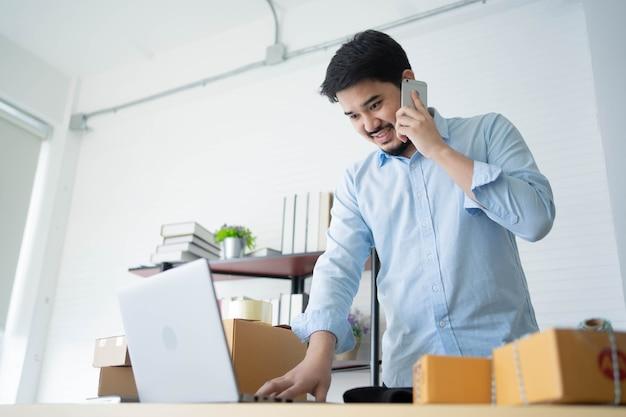 Midden-oosterse bedrijfseigenaar gebruikt smartphone om partner of klant te bellen