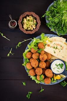 Midden-oosterse of arabische gerechten op donker