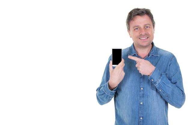 Midden oude mens die vinger op zwarte lege het scherm slimme telefoon richt