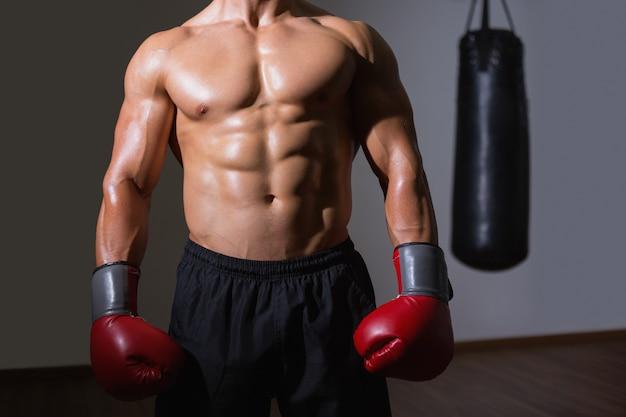 Middendeel van een shirtless gespierde boxer