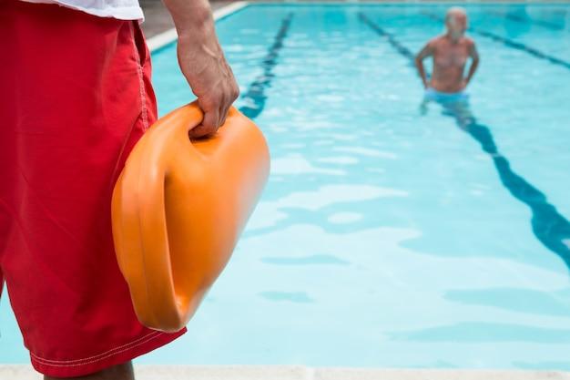 Middengedeelte van badmeester met reddingsboei bij het zwembad