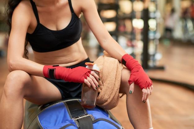 Middengedeelte van onherkenbare bokser die rust neemt van de training