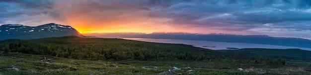 Middernachtzon in de zomer in abisko national park, zweden