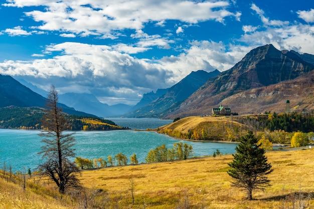 Middle waterton lake oever in de herfst gebladerte seizoen zonnige dag ochtend. monumenten in waterton lakes national park, alberta, canada.