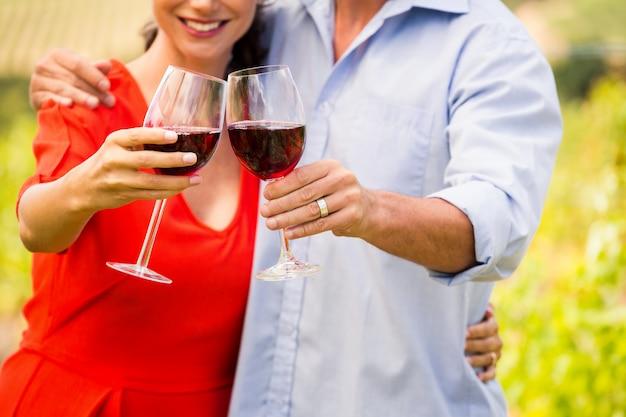 Midsection van paar roosterende wijn