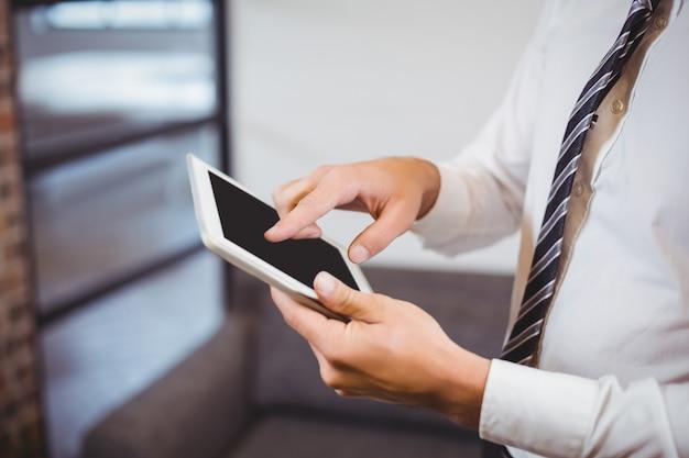 Midsection van zakenman die digitale tablet gebruiken
