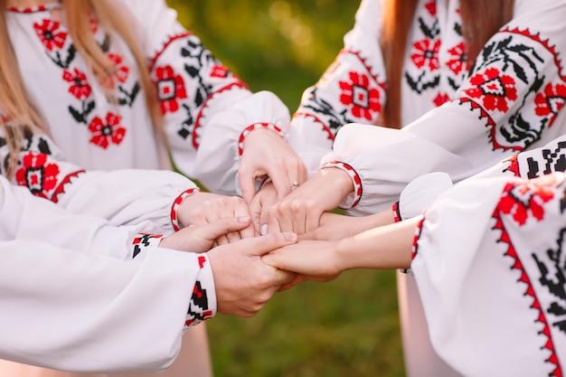 Midzomer. een groep jongeren van slavische verschijning bij de viering van midzomer.