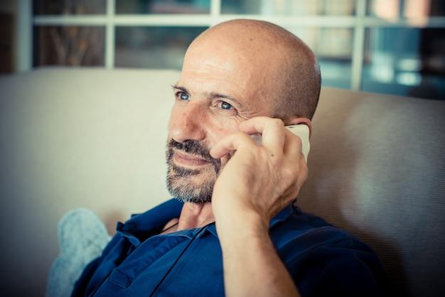 Miggle age man met telefoon