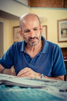 Miggle leeftijd man krant lezen