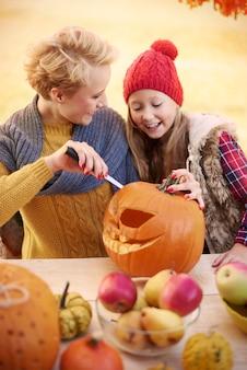 Mijn dochtertje leren hoe het met halloween-versieringen werkt