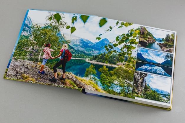 Mijn familiereisfotoboek op een grijze achtergrond