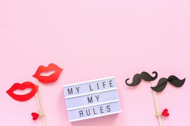 Mijn leven mijn regels lightbox-tekst, paar papieren snor lippen rekwisieten op roze